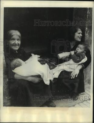 1943 Press Photo Mothers on the island of Malta feed their babies and smile