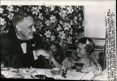 1939 Press Photo 7 year-old Ana Smither sit next to President Roosevelt
