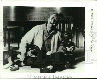 1983 Press Photo Comedian Sid Caesar at home with his dog, Conus - hcp28571