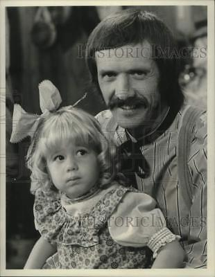 "1974 Press Photo Sonny Bono & daughter Chastity on ""The Sonny & Cher Comedy Hour"