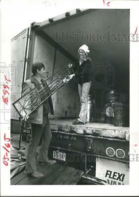 1978 Press Photo Workers Cautiously Moving Antique Beveled Glass Panel, Houston