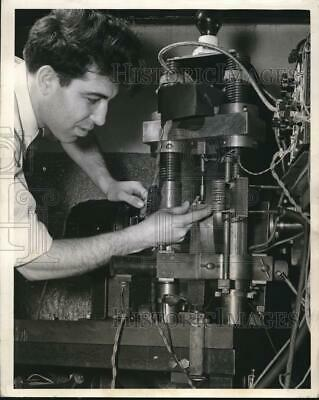 1940 Press Photo Tensile Machine Westinghouse Research Engineers MJ Manjoine