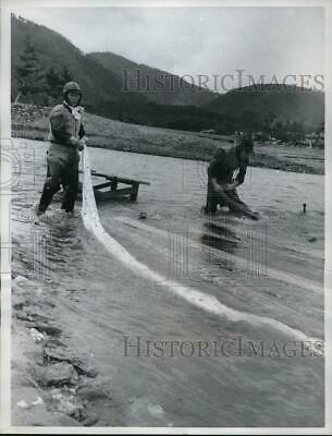 1962 Press Photo Yuzen silk rinsed at Kamo River in Japan used since 5th century