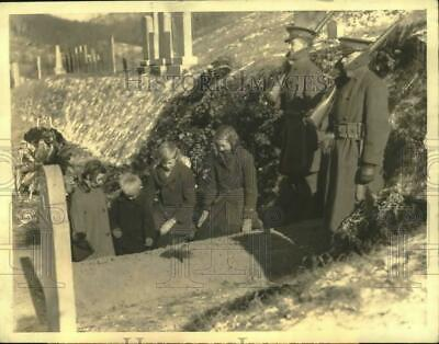 1933 Press Photo Children pray at the grave of Calvin Coolidge & son, Plymouth