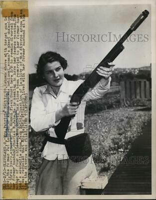 1949 Press Photo Patricia Heibig shows off her gun used in skeet shooting match