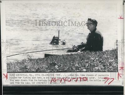 1972 Press Photo Mrs Emma Stevens fishing at favorite spot with divers around