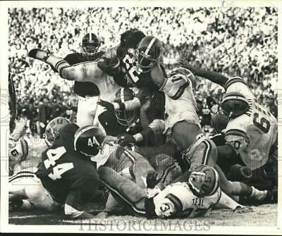 1977 Press Photo Alabama Football Player Tony Nathan in pile during Game