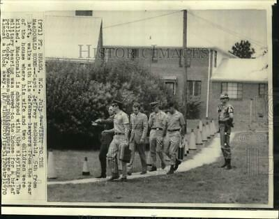 1970 PRESS PHOTO Captain Jeffrey MacDonald with Defense Lawyer and