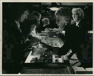1988 Press Photo Mary Jane Dauss looked over antique rings offered by F Frank