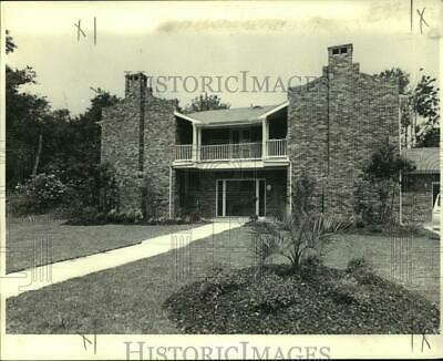 1980 Press Photo Newly remodeled house with lush landscaping front yard