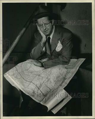 Press Photo Actor Phil Silvers seated with Map of United States - nox52020