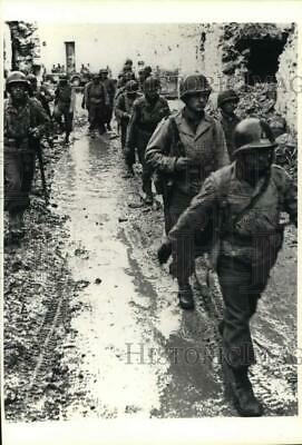 1943 Press Photo American soldiers marching through mud in Italy during WWII