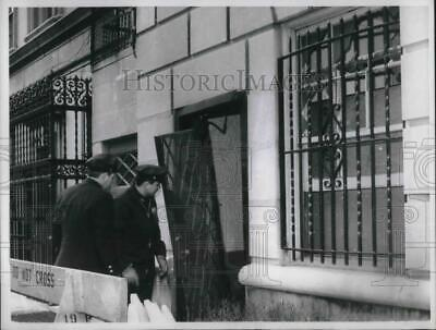 1967 Press Photo Cops View Damaged Gate After Blast At NYC Yugoslavian Consulate