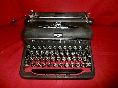 Vintage ROYAL QUIET DELUXE Manual Portable Typewriter & Case
