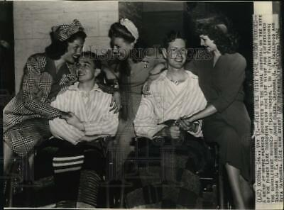 1942 Press Photo Show girls visits wounded soldiers, Corona, California