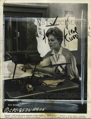 """1959 Press Photo Actress Kim Novak At Desk In Film """"Middle of the Night"""""""