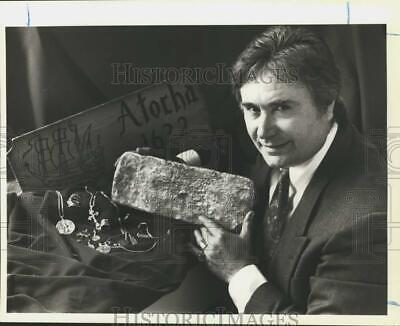 1991 Press Photo Jack Magne displays Spanish galleon Atocha treasures.
