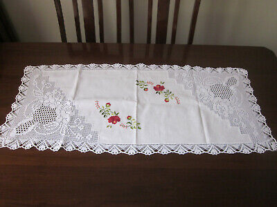 Lovely Filet Crochet Lace And Embroidered Red Roses Table Runner