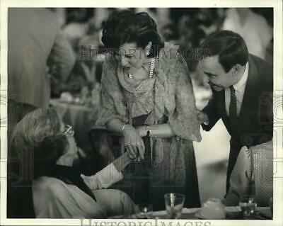 1984 Press Photo Elizabeth Dole and George Wortley speaks with woman at Dinner