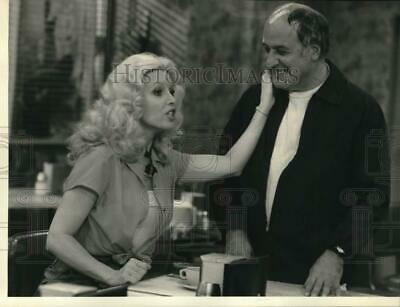 """1979 Press Photo Victoria Carroll with Vic Tayback in """"Alice"""" on CBS Television"""
