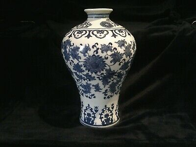 Beautiful Chinese Blue and White porcelain vase, hand-painted, stamped.