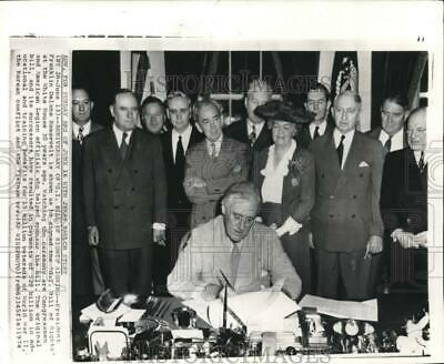 1944 President FRANKLIN D ROOSEVELT FDR signs GI Bill Glossy 8x10 Photo Poster
