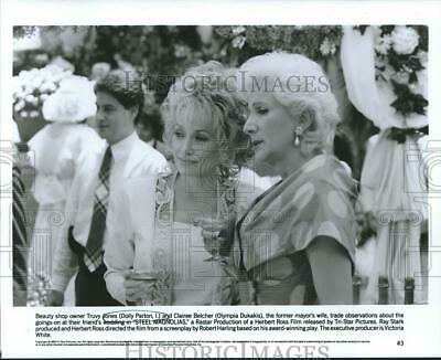 "1989 Press Photo Dolly Parton and Olympia Dukakis in ""Steel Magnolias"""