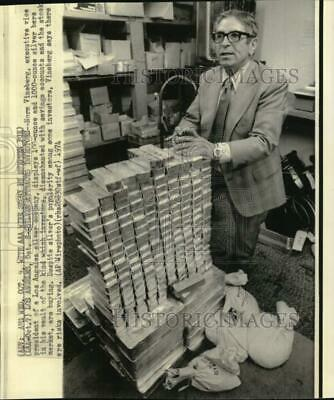 1974 Press Photo Silver company president, Norm Vineberg, displays silver bars