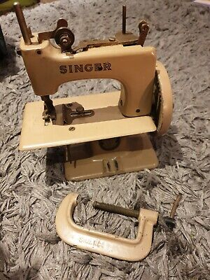 Vintage Minature / Toy Singer Sewing Machine.