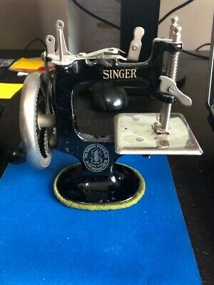 Vintage Singer Sewhandy Child's Sewing Machine Black Model No. 20