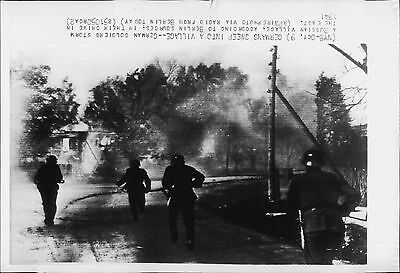 German Nazi Army infantry soldiers storm a Russian village 1941 Press Photo