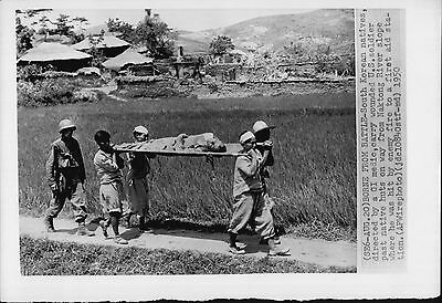 South Korean Locals Help A Wounded American Soldier 1950 Korean War Press Photo