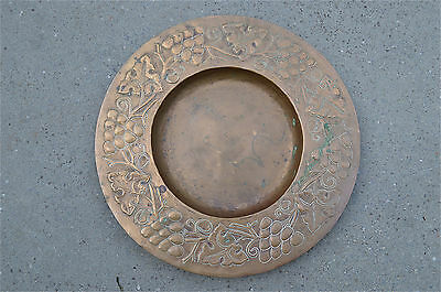 BEAUTIFUL ORIGINAL ARTS AND CRAFTS COPPER CHARGER STYLISED GRAPES AND VINES TRAY
