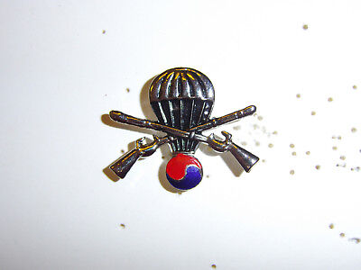b4159 UN United Nations & US Army Korea Airborne Partisan Forces Badge R8D