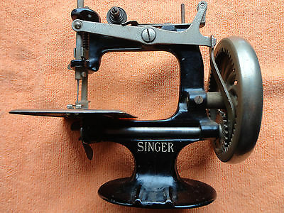 c1914 Singer childs toy sewing machine works very good condition box tattered