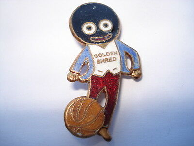C1960S VINTAGE ROBERTSONS GOLLY FOOTBALLER BY F&S IN CIRCLE ENAMEL PIN BADGE