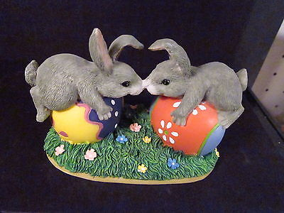 Charming Tails BUNNY LOVE 87/424 Kissing Rabbits On Easter Eggs