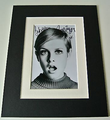 Twiggy Lawson Signed Autograph 10x8 photo mount display 60's fashion model & COA