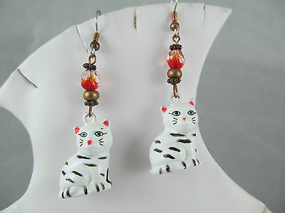 Vintage GOLD WHITE ENAMEL PAINTED JINGLE BELL CAT KITTEN DANGLE EARRINGS, Detail