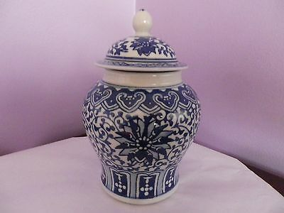 CHINESE BLUE & WHITE FLOWERS & LEAFS DESIGN TEMPLE GINGER JAR/VASE 17.5 cms tall