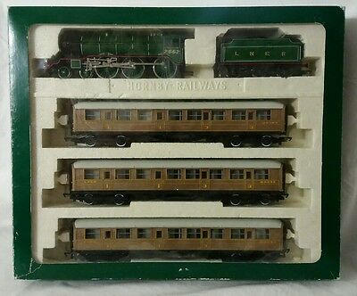 Hornby R.2017 Manchester United train pack inc 3 teac LNER coaches; loco squeals