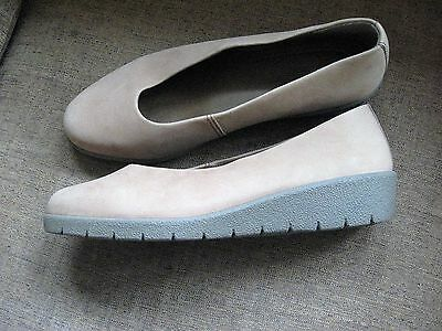 Ladies Beige Leather Shoes   Size 6