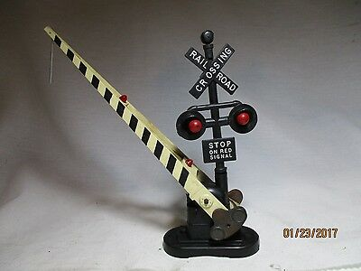 Lionel 2162 Automatic Crossing Gate & Red Signal Lights.
