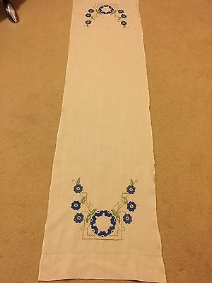 VINTAGE HAND EMBROIDERED LINEN FLORAL DESIGN TABLE RUNNER 132 cms x 47 cms