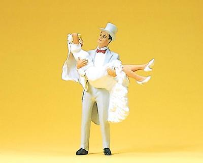 Preiser 45044 Bridegroom, carrying bride. 1:22,5