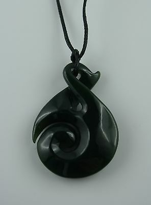 Single Twist  Maori Jade Carving  Neuseeland  Koru  dunkle Jade