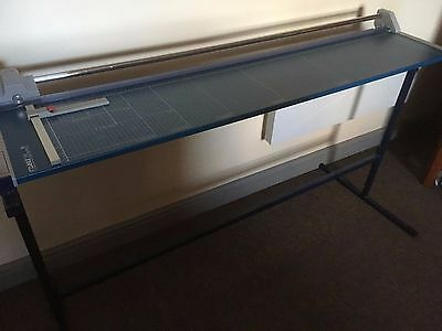 dahle558 paper trimmer and stand