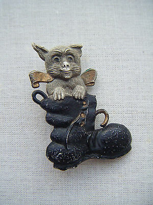 Vintage celluloid plastic lucite quirky bow cat in boot brooch pin C1940s