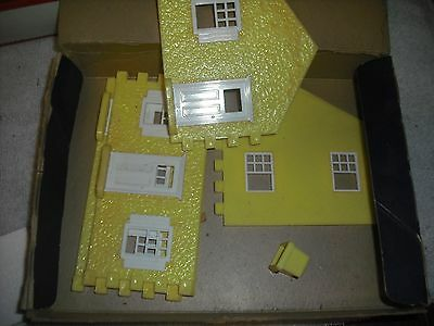 Plasticville brown roof, yellow sides cape code house - OB
