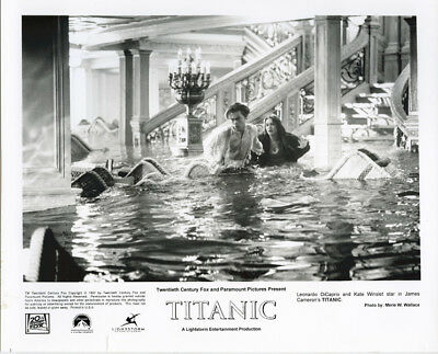 Titanic original 1997 8x10 photo Leonardo Di Caprio Kate Winslet wade water